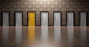 6 דלתות לבנות ואחת צהובה