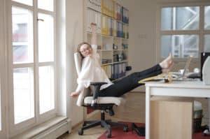 בחורה בהפסקה במשרד