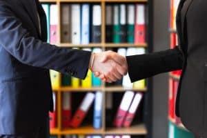 לחיצת ידיים בין שני אנשי עסקים