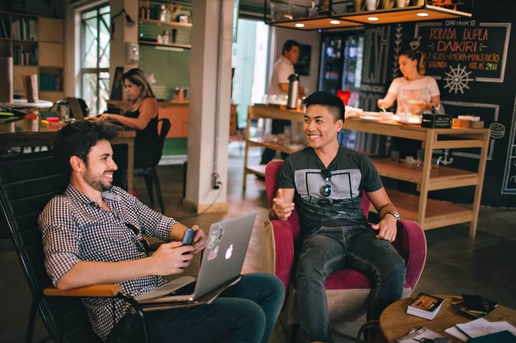 שני אנשים יושבים במשרד ועושים משא ומתן